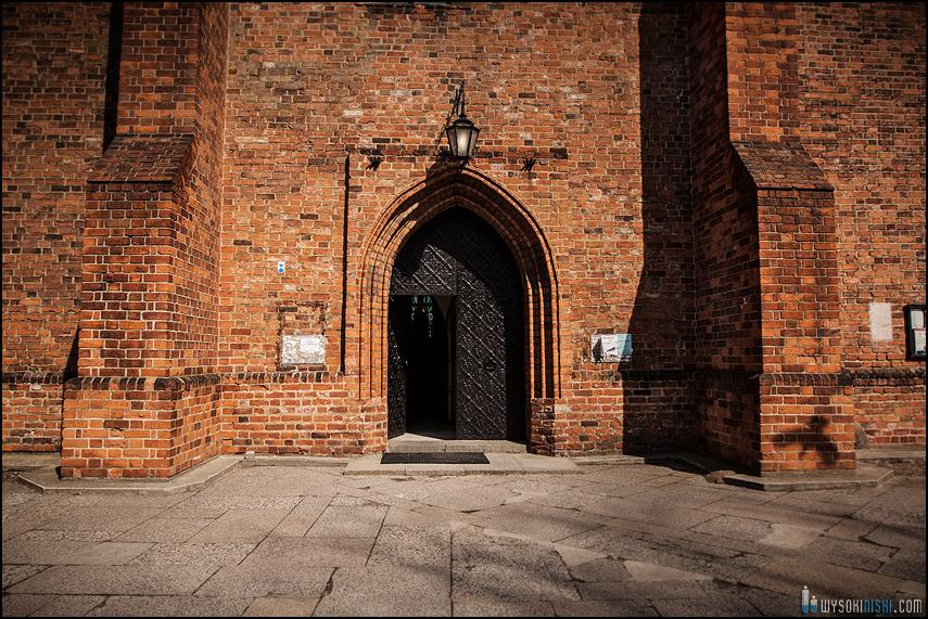 ślub na warszawskiej starówce, kościół przy rynku nowego miasta (12)