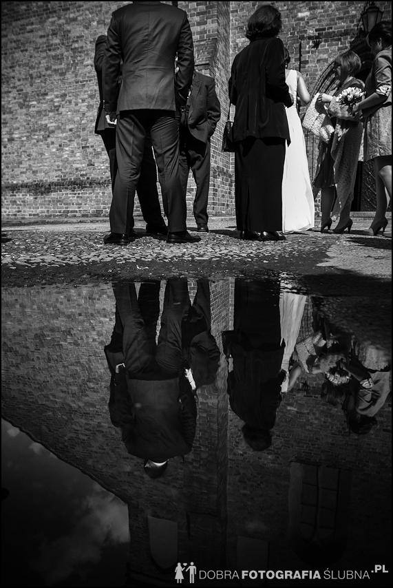 młoda para i goście przed kościołem na Nowym Mieście, chwilę przed rozpoczęciem ceremoni zaślubin (9)