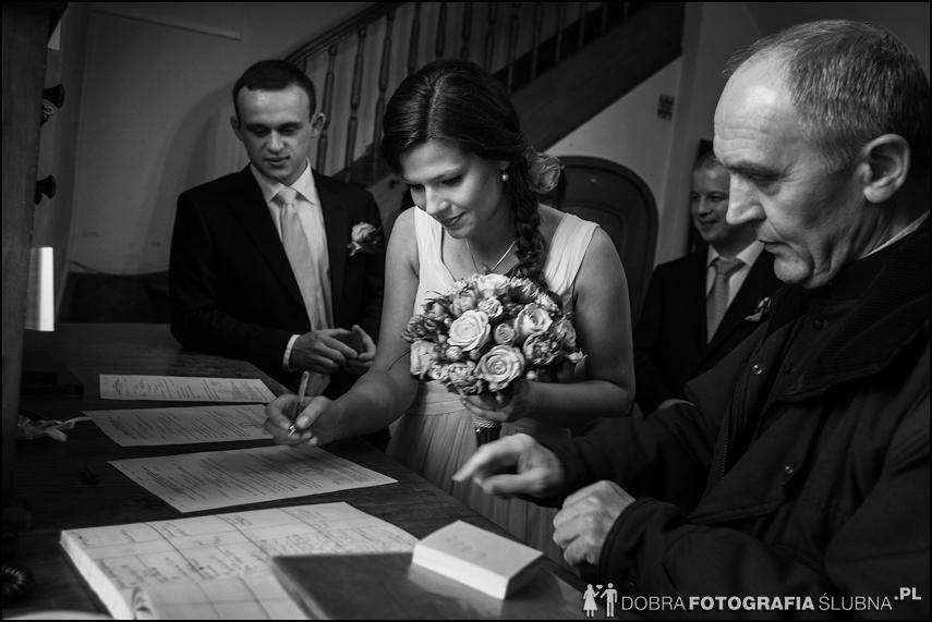 młoda para i goście przed kościołem na Nowym Mieście, chwilę przed rozpoczęciem ceremoni zaślubin (13)