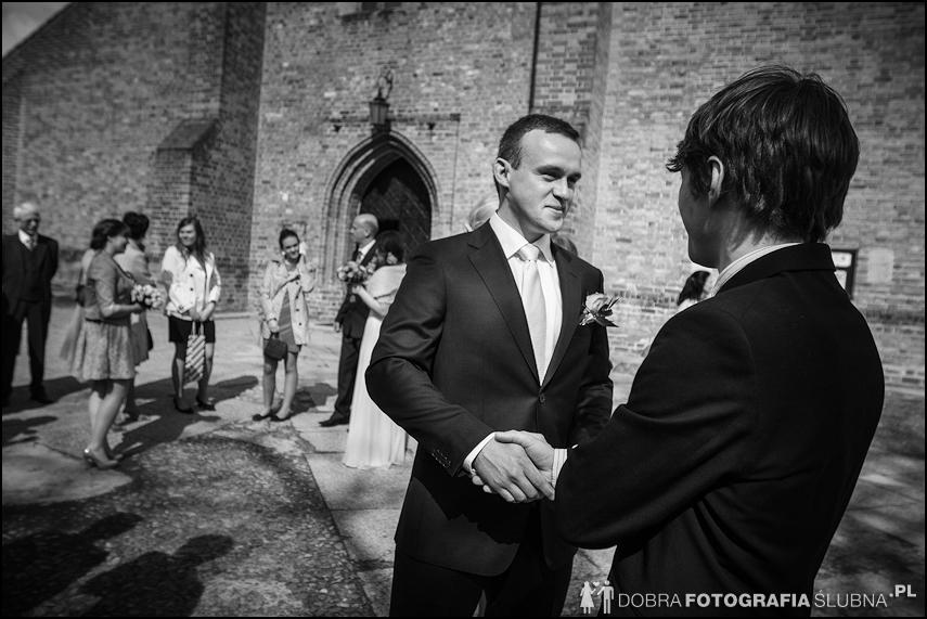 młoda para i goście przed kościołem na Nowym Mieście, chwilę przed rozpoczęciem ceremoni zaślubin (19)