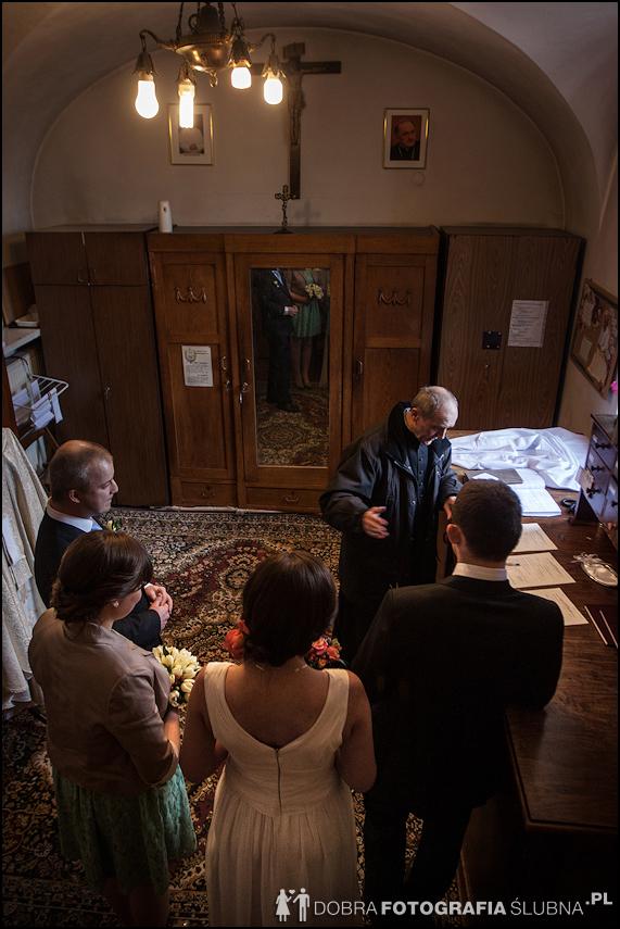 zdjęcia ślubne w kościele Nawiedzenia Najświętszej Marii Panny na Nowym Mieście w Warszawie (3)