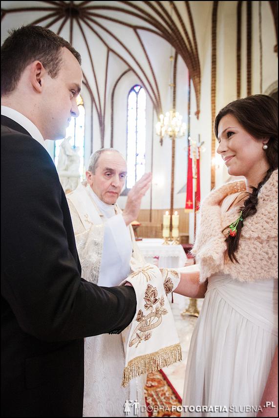 zdjęcia ślubne w kościele Nawiedzenia Najświętszej Marii Panny na Nowym Mieście w Warszawie (11)