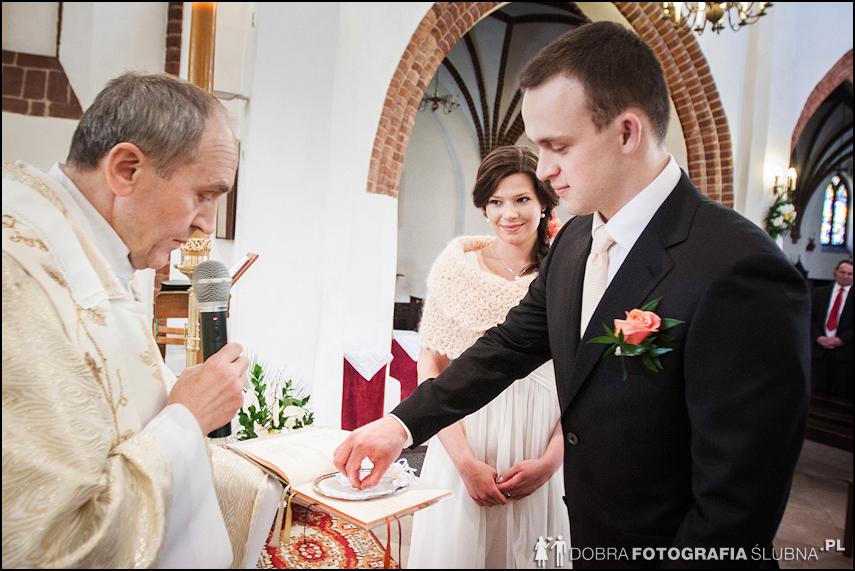 zdjęcia ślubne w kościele Nawiedzenia Najświętszej Marii Panny na Nowym Mieście w Warszawie (12)