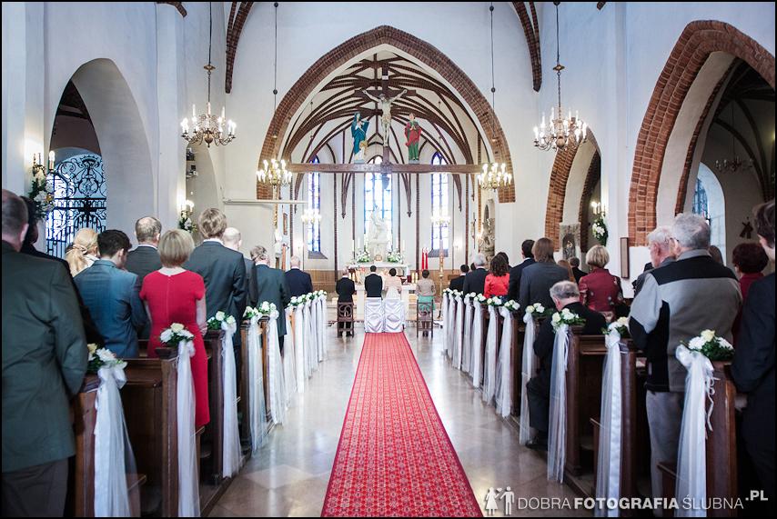 zdjęcia ślubne w kościele Nawiedzenia Najświętszej Marii Panny na Nowym Mieście w Warszawie (18)