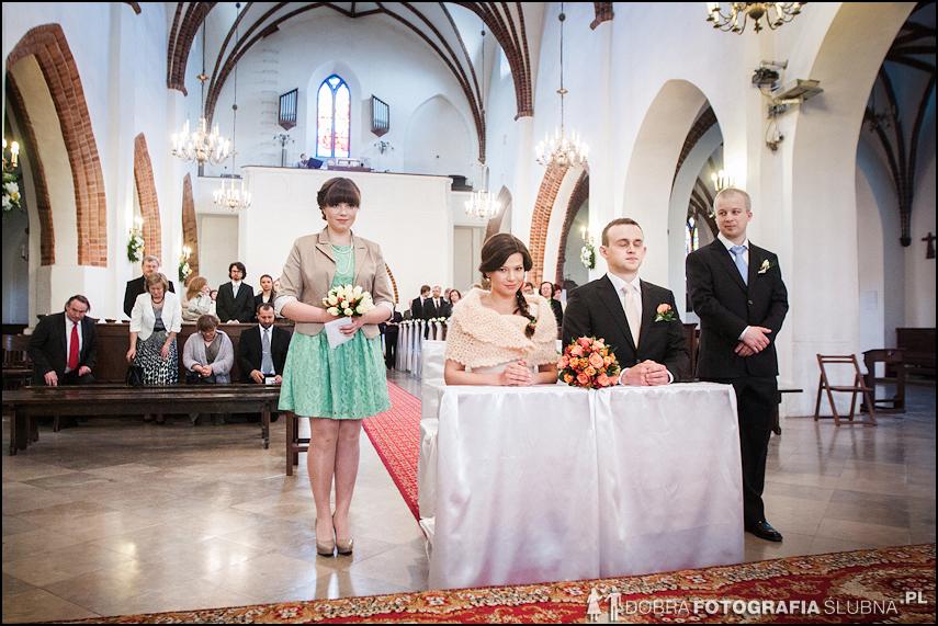 zdjęcia ślubne w kościele Nawiedzenia Najświętszej Marii Panny na Nowym Mieście w Warszawie (22)