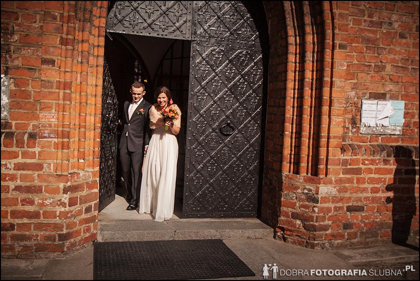 zdjęcia ślubne w kościele Nawiedzenia Najświętszej Marii Panny na Nowym Mieście w Warszawie (23)