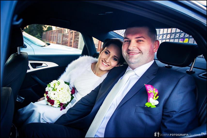 młoda para w samochodzie