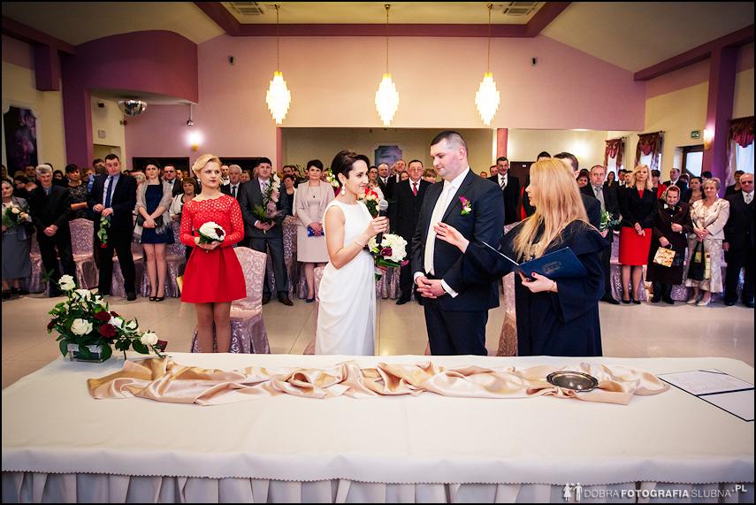 fotografia slubna slub cywilny na sali weselnej