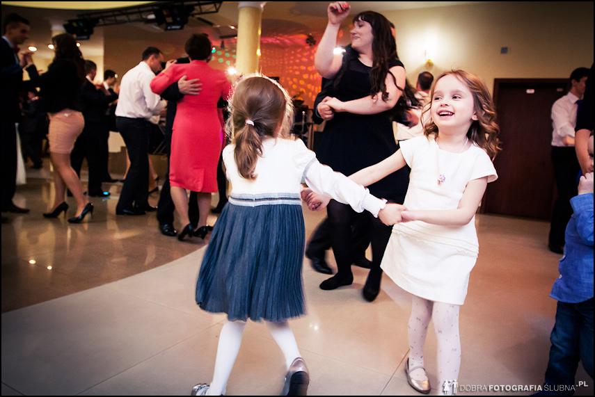 dziewczynki tańczą na weselu