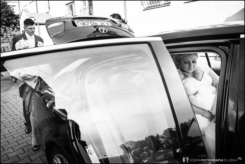 państwo młodzi zdjęcie wsiadanie do samochodu