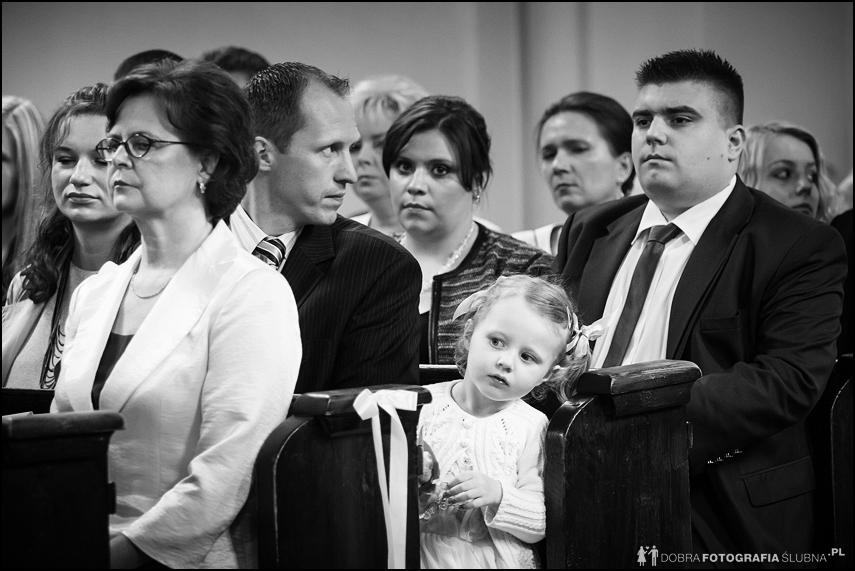 dziewczynka przygląda się ceremonii zaślubin