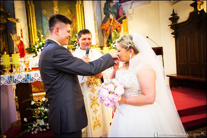 dzień ślubu całowanie obrączki w kościele