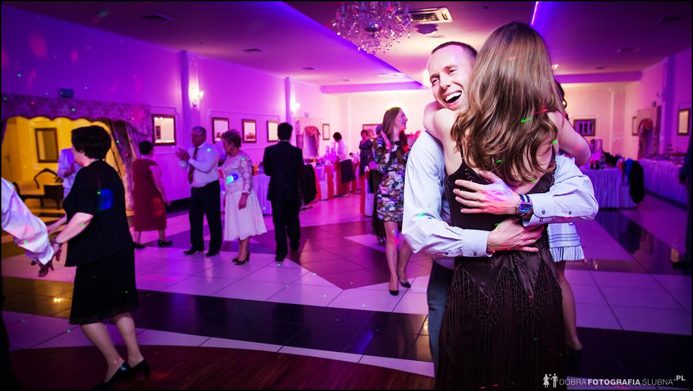zdjęcia ślubne uśmiech i przytulenie
