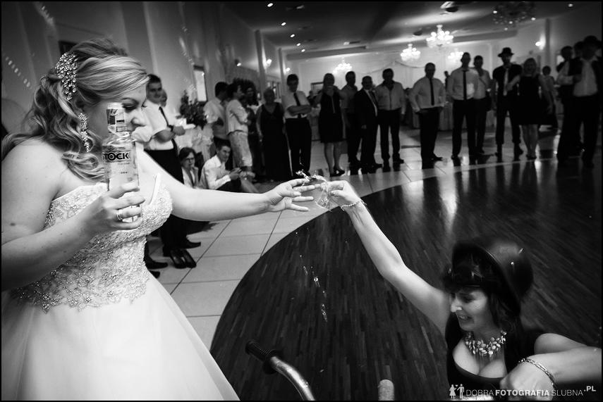 rozlewająca się wódka, wypadek na weselu