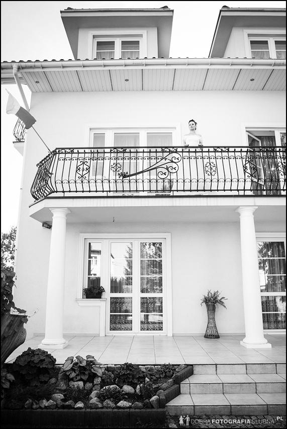panna młoda czeka na balkonie na pana młodego