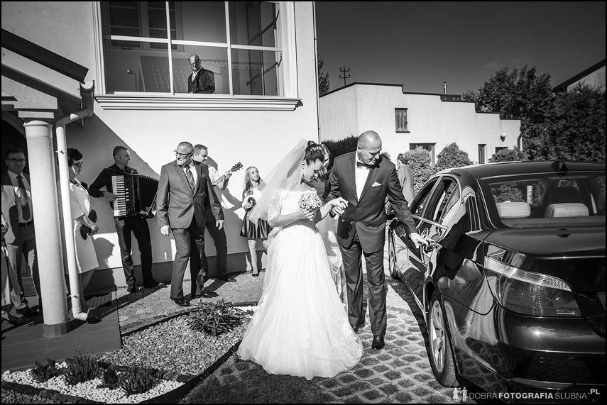 młoda para wsiada do samochodu reportaż ślubny