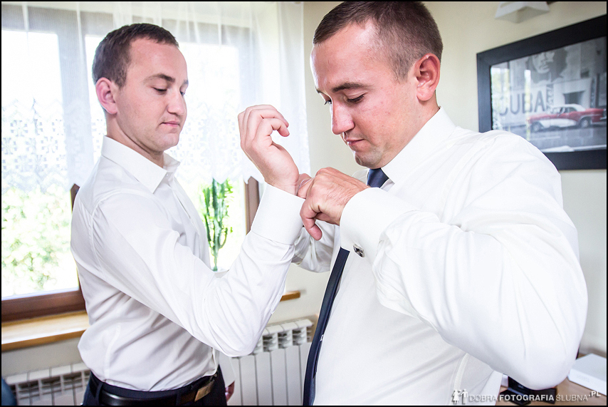 przed ślubem świadek, brat pana młodego, pomaga zapiąć koszulę
