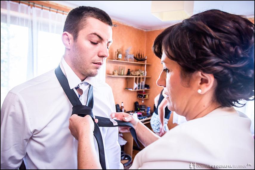 mama zawiązuje krawat