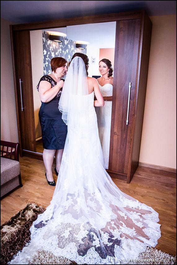 suknia z trenem, panna młoda przegląda się w lustrze