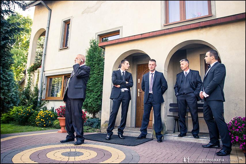 panowie czekają przed domem