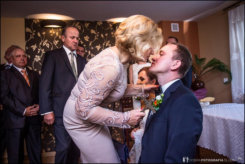 błogosławieństwo matka całuje syna