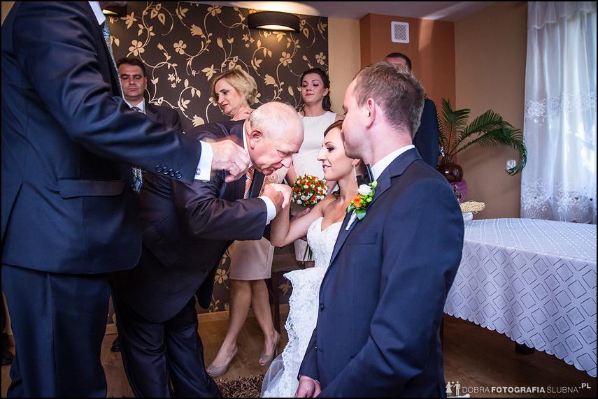 błogosławieństwo przed ślubem dziadek całuje wnuczkę