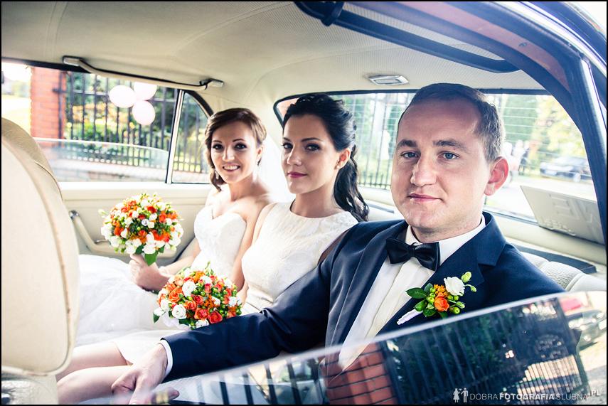 młoda para i druhna w zabytkowej limuzynie