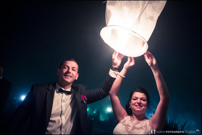 młoda para z lampionem