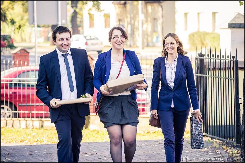 chłopak i dwie dziewczyny idą na ślub