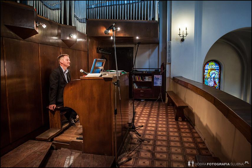 organista podczas przerwy zdjęcia ślubne