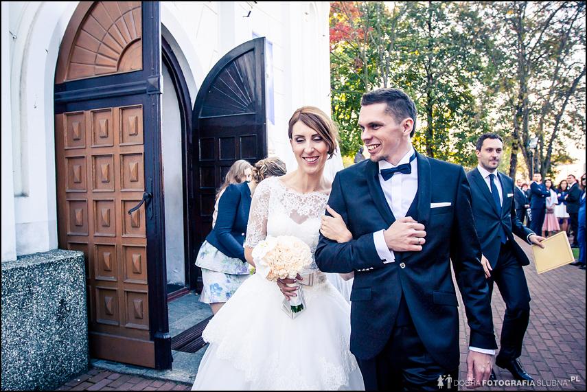 nowożeńcy wychodzą z koćścioła