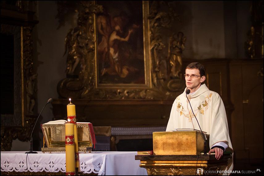 ksiądz w kościele w Pułtusku - bazylika zwiastowania nmp