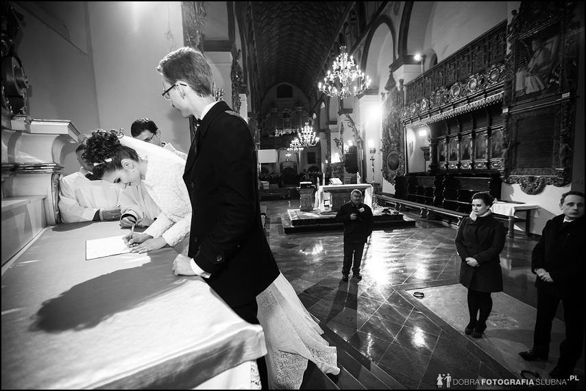 panna młoda podpisuje dokumenty w kościele
