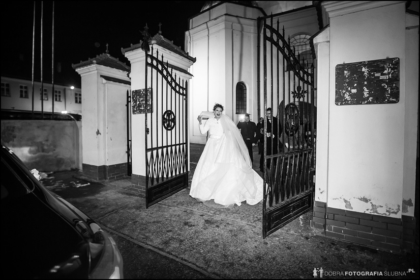 panna młoda wychodzi z kościoła w Pułtusku
