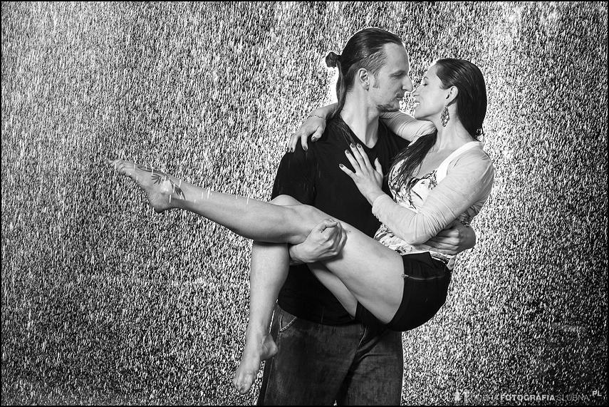 pocałunek w deszczu sesja narzeczeńska