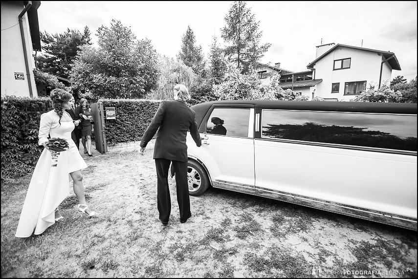 młoda para wsiada do limuzyny