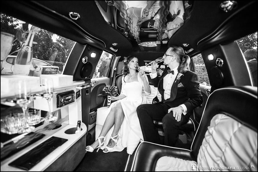picie szampana w limuzynie zdjęcia ślubne