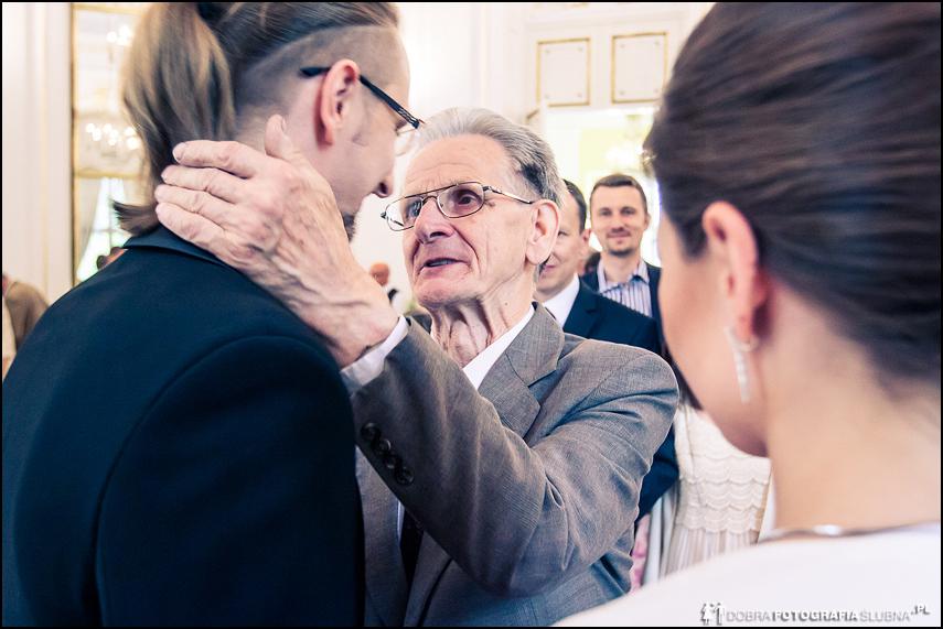 goście na ślubie składają życzenia