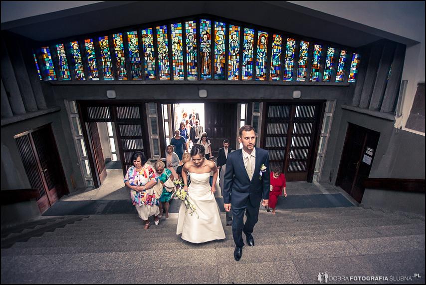 młoda para wchodzi do kościoła