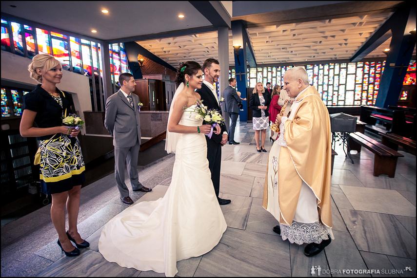 kapłan wita młodą parę