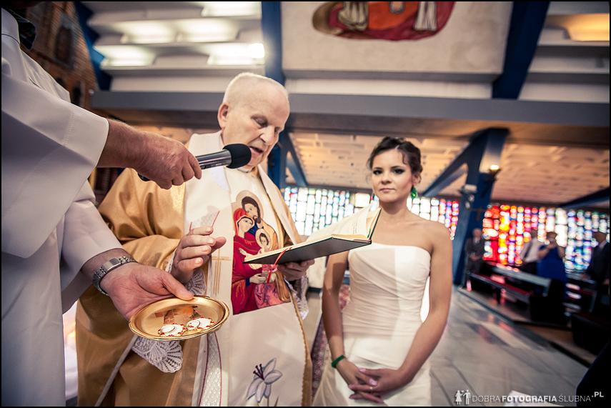 ksiądz święci obrączki ślubne
