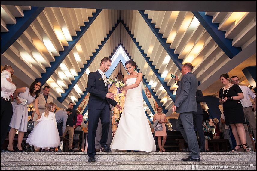 fotografia ślubna sulejówek wyjście z kościoła