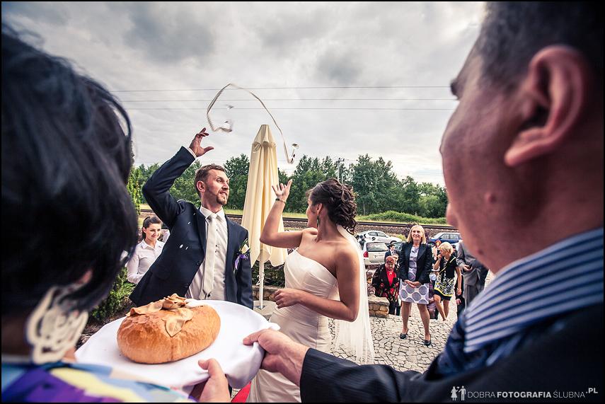 rzucanie kieliszkiem przed weselem