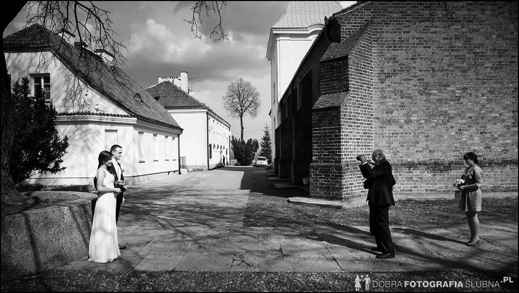 młoda para i goście przed kościołem na Nowym Mieście, chwilę przed rozpoczęciem ceremoni zaślubin (1)