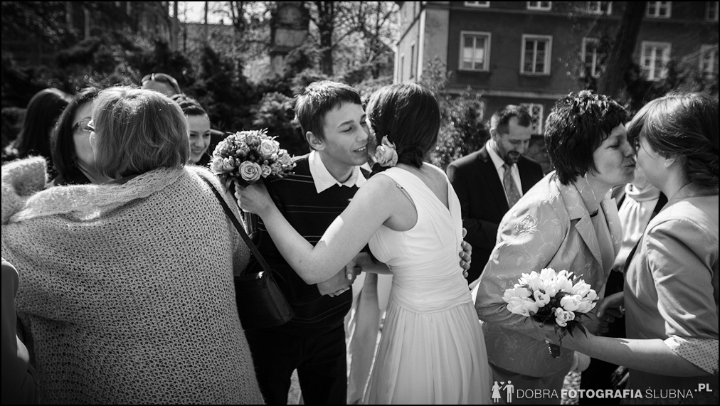 młoda para i goście przed kościołem na Nowym Mieście, chwilę przed rozpoczęciem ceremoni zaślubin (6)