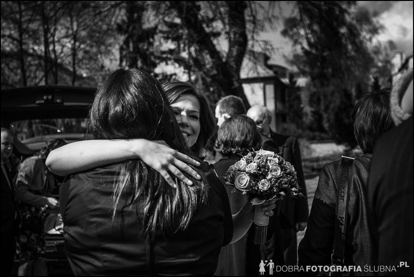 młoda para i goście przed kościołem na Nowym Mieście, chwilę przed rozpoczęciem ceremoni zaślubin (7)