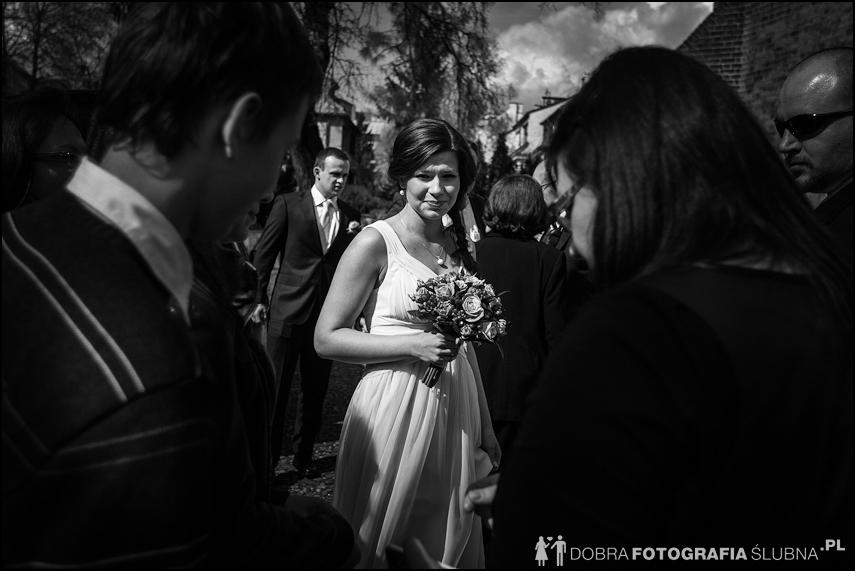 młoda para i goście przed kościołem na Nowym Mieście, chwilę przed rozpoczęciem ceremoni zaślubin (8)