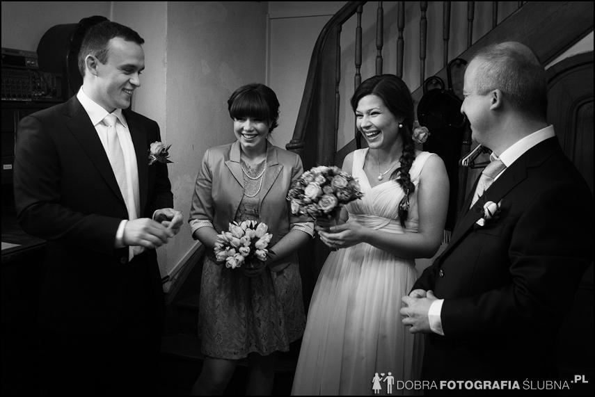 młoda para i goście przed kościołem na Nowym Mieście, chwilę przed rozpoczęciem ceremoni zaślubin (12)