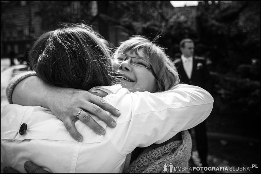 młoda para i goście przed kościołem na Nowym Mieście, chwilę przed rozpoczęciem ceremoni zaślubin (15)