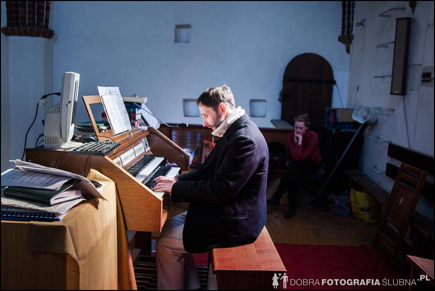 zdjęcia ślubne w kościele Nawiedzenia Najświętszej Marii Panny na Nowym Mieście w Warszawie (5)